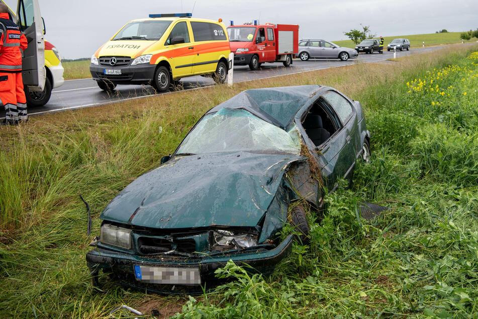 Ein BMW-Fahrer kam am Sonntagmittag von der B250 ab und überschlug sich.