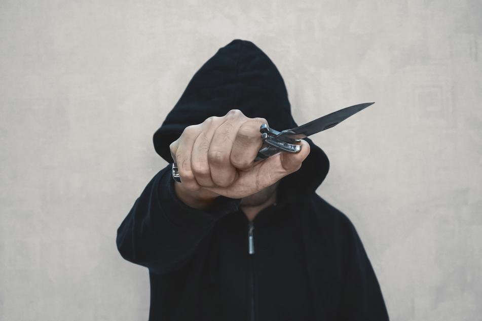 Ein Jugendlicher (17) bedrohte am Sonntagmorgen mehrere Personen in der Bahnhofsstraße in Döbeln mit einem Messer (Symbolbild).