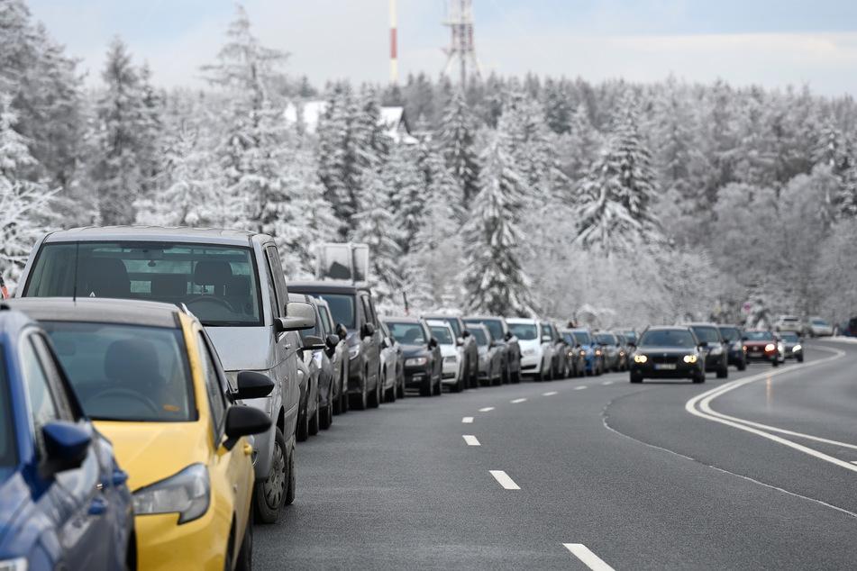 Fahrzeuge stehen auf Behelfsparkplätzen an der Bundesstraße 242 zwischen Braunlage und Torfhaus.
