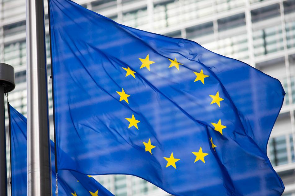 EU-Flagge vor einer Gebäudefassade.