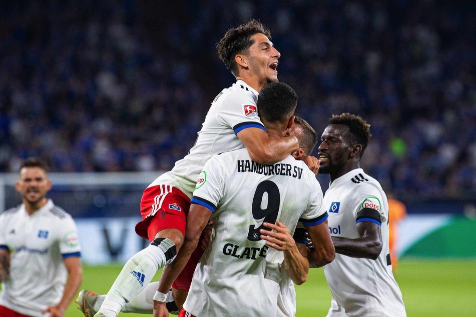 Ludovit Reis (21, links) jubelt mit Torschütze Robert Glatzel (27, Mitte) über seinen Treffer gegen den FC Schalke 04.
