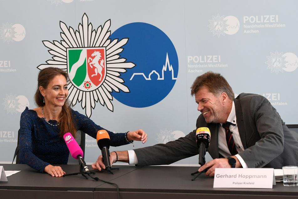 """Die Aachener Staatsanwältin Katja Schlenkermann-Pitts und Gerhard Hoppmann, Leiter der """"Mordkommission Sandkuhle"""" der Polizei Krefeld hatten im vergangenen Oktober eine Pressekonferenz zu dem Mordfall von 1996 gegeben."""