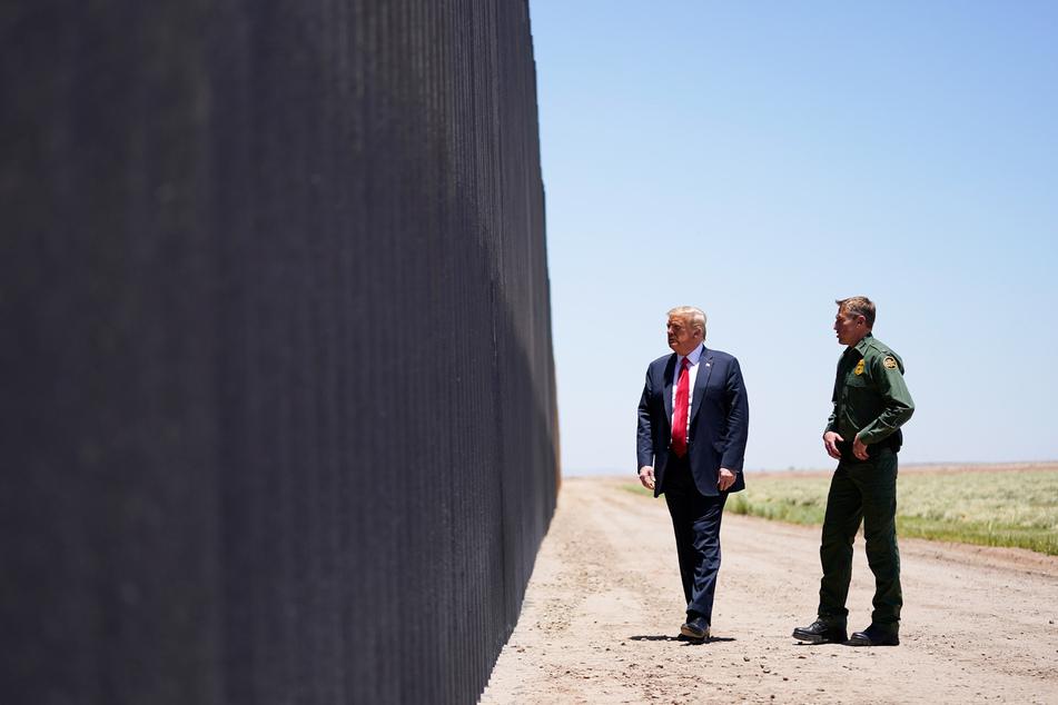 Donald Trump, Präsident der USA, spricht mit dem Chef der US-Grenzpatrouille an der Grenzmauer zwischen Mexiko und den USA.