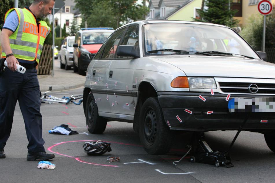 Der Unfallort wird genauestens untersucht.