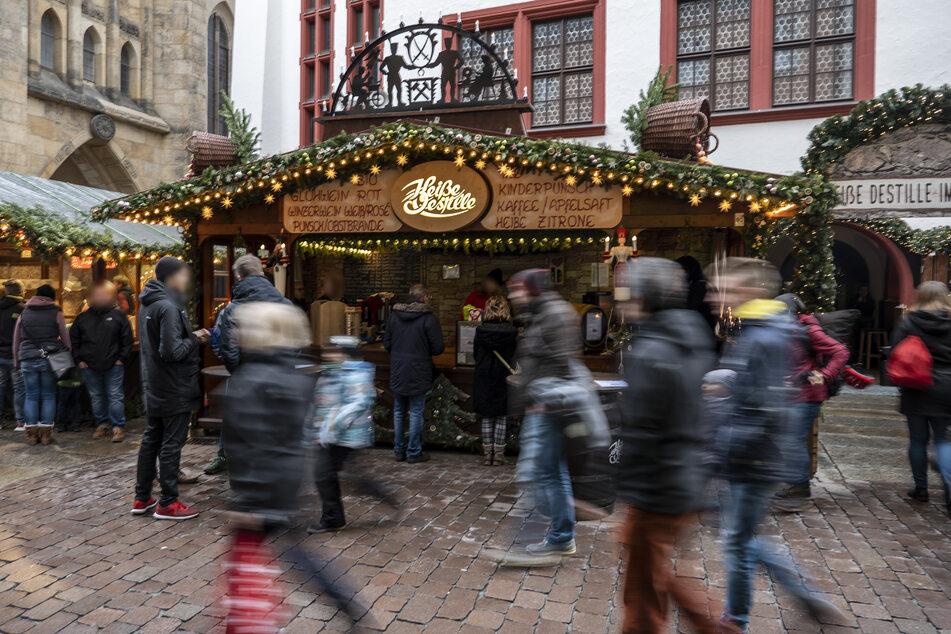 Die Glühwein-Verkäufer müssen auf dem Weihnachtsmarkt künftig doch nicht mehr bezahlen.