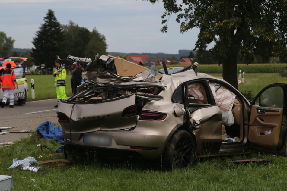 Der Porsche wurde 30 Meter weit in eine Wiese geschleudert, der Fahrer starb.