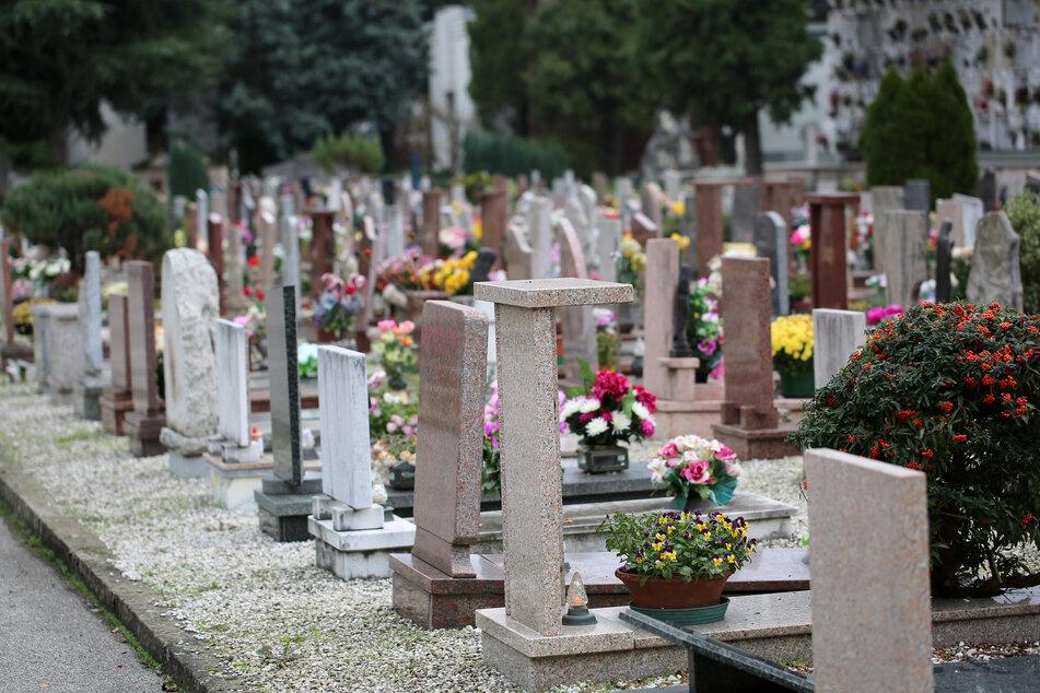 Am Samstag kam es zum Polizeieinsatz auf einem Friedhof in Halle. (Symbolbild)