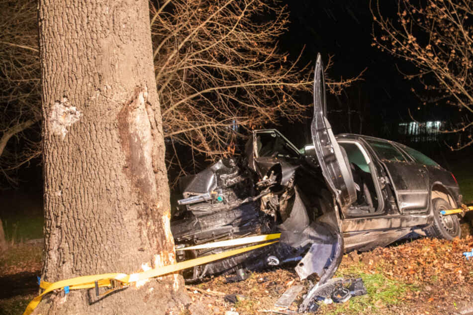 Schwerer Unfall im Erzgebirge: Skoda-Fahrer knallt gegen Baum und muss reanimiert werden