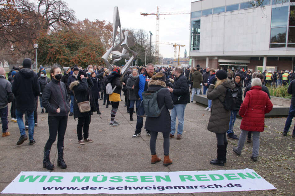 Querdenken-Demonstranten protestieren am Oberen Schloßgarten in Stuttgart.