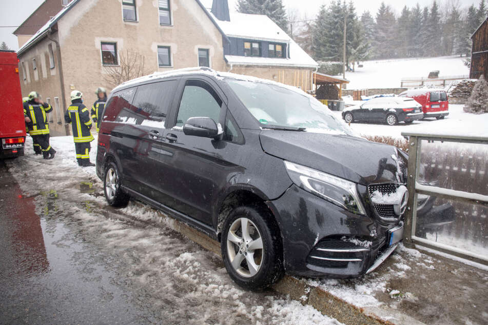 In Oberwiesenthal krachte ein Mercedes frontal gegen ein Geländer.