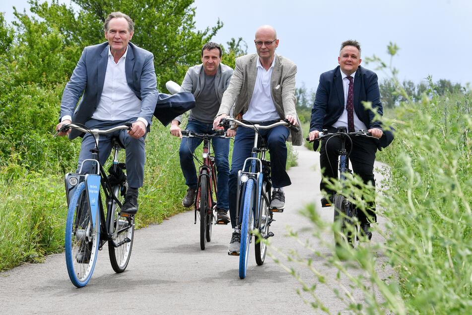 Burkhard Jung, Steffen Kunnig (Bürgermeister der Gemeinde Kabelsketal) Bernd Wiegand und Rayk Bergner (Oberbürgermeister von Schkeuditz) stimmen sich auf den neuen Radweg ein.