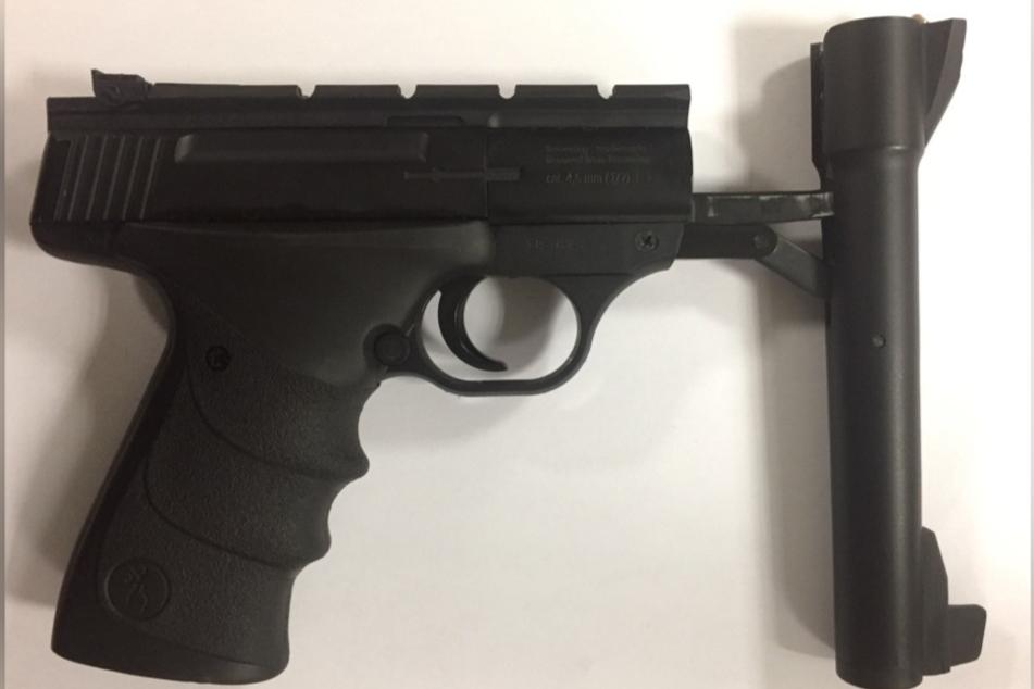 Mit einer Druckluftwaffe im Gepäck war ein 14-Jähriger unterwegs.