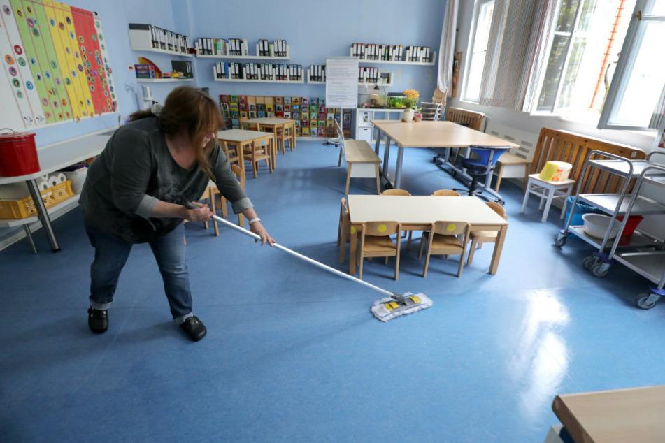Eine Mitarbeiterin der Pestalozzi-Fröbel-Haus Kita im Bezirk Wilmersdorf sorgt in der Corona-Krise mehrmals am Tag für Hygiene und Sauberkeit in den Spielräumen, während Kinder im Rahmen eines Notprogramms betreut werden.