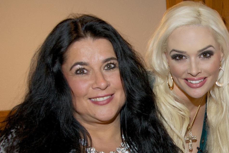 Daniela mit blonden Haaren neben ihrer dunkelhaarigen Mama Iris Klein.