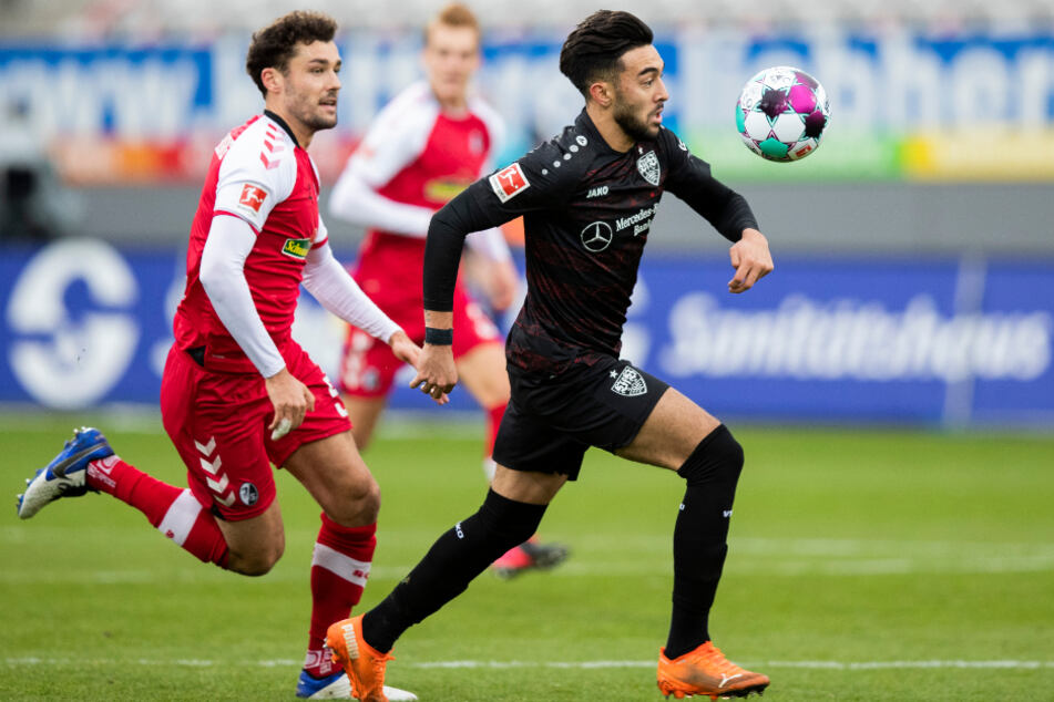 Freiburgs Manuel Gulde (l.) rennt VfB-Angreifer Nicolas Gonzalez hinterher.