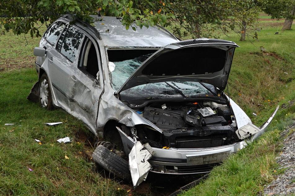 Skoda-Fahrer kracht gegen Baum, wird aus Auto geschleudert und ist sofort tot