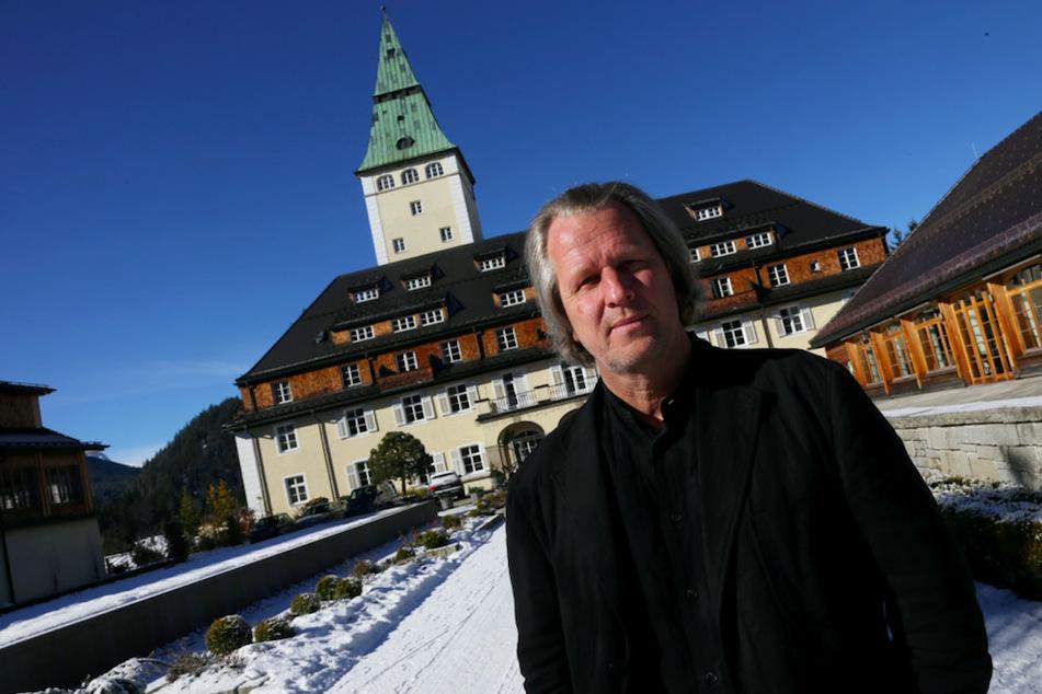 Dietmar Mueller-Elmau (67), Geschäftsführer des Schloss Elmau in Krün bei Garmisch-Partenkirchen (Bayern), aufgenommen am 2014 vor dem Haupteingang des Schlosses.