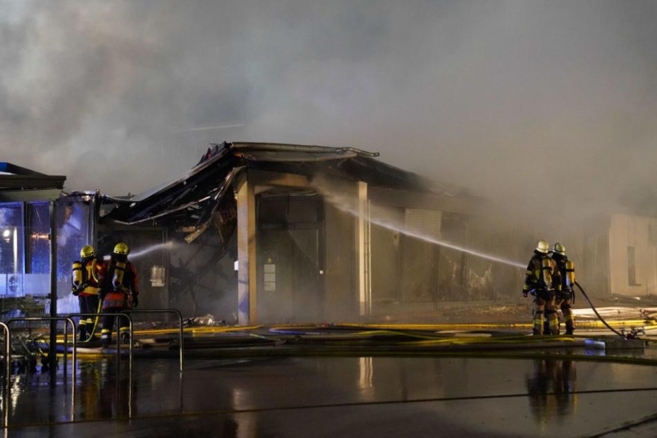 Feuerwehrleute bei den Löscharbeiten.