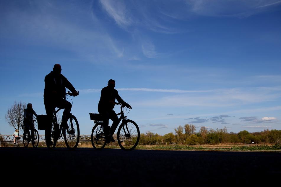 Ein Radfahrer hat zwei Spaziergänger auf dem Elberadweg in Magdeburg mit Pfefferspray besprüht. (Symbolbild)