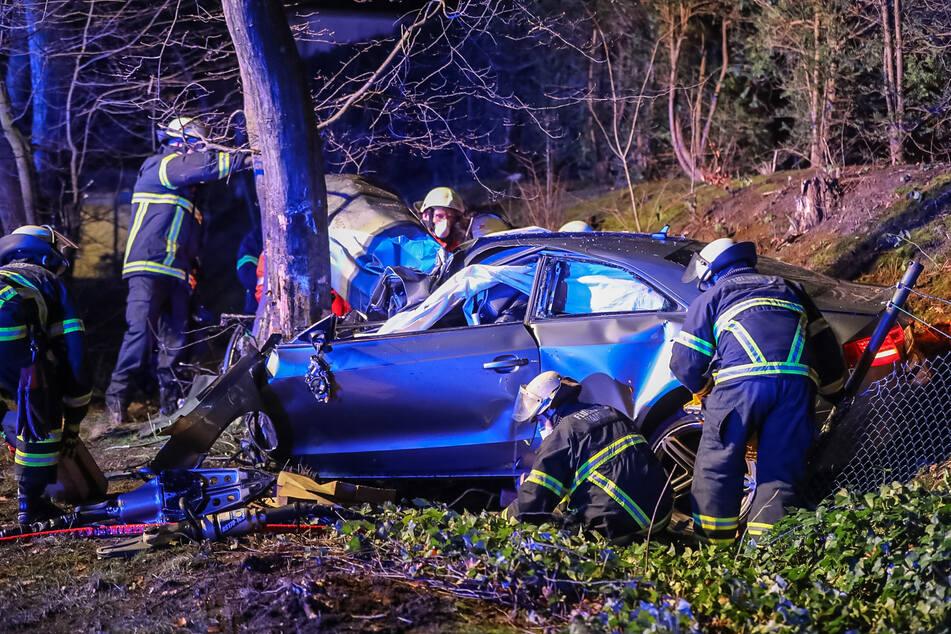 Missglücktes Überholmanöver! Fahrer stirbt, Beifahrer verletzt