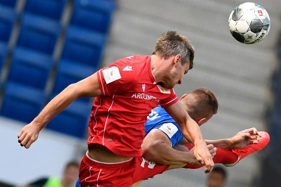 Michael Parensen (l.) vom 1. FC Union Berlin und Pavel Kaderabek von 1899 Hoffenheim kämpfen um den Ball.
