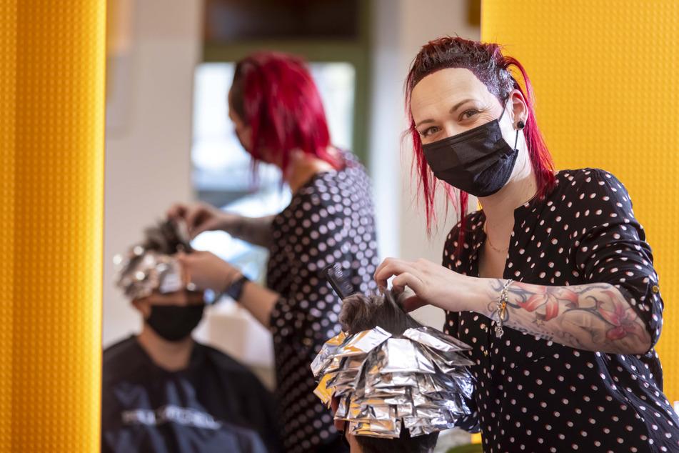 """Die Zeit ohne Kundschaft nutzen: """"Haarschliff""""-Mitarbeiterin Sophie Neuhaus (33) gibt ihrer Chefin Manuela Schüch (37) eine neue Frisur."""