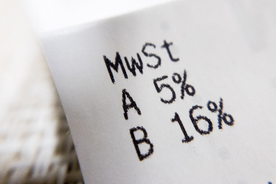 Die gesenkten Mehrwertsteuersätze von 16 bzw. 5 Prozent werden auf dem Einkaufsbeleg aus einem Supermarkt ausgewiesen.