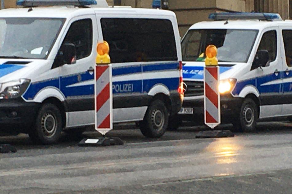 Einsatzwagen der Polizei stehen am Samstagmorgen neben dem Hauptbahnhof Frankfurt.