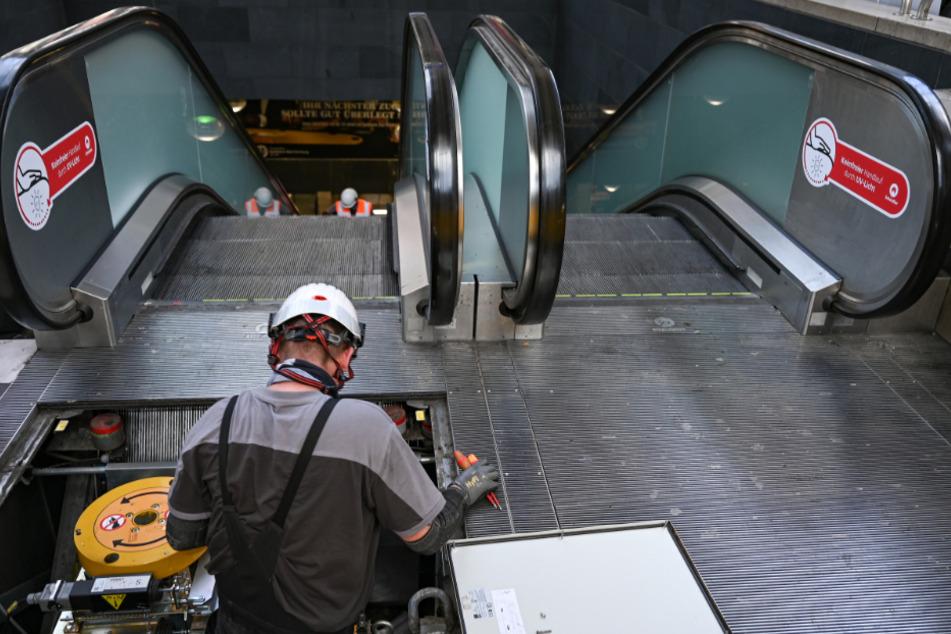 Ein Techniker arbeitet im Frankfurter Hauptbahnhof an einer Rolltreppe.