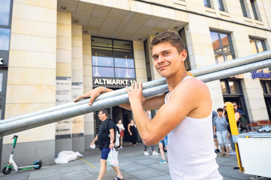 """Pascal Tiebach (20) baut bei """"Hacker Pschorr"""" am Altmarkt das Gerüst für die Leinwand auf."""
