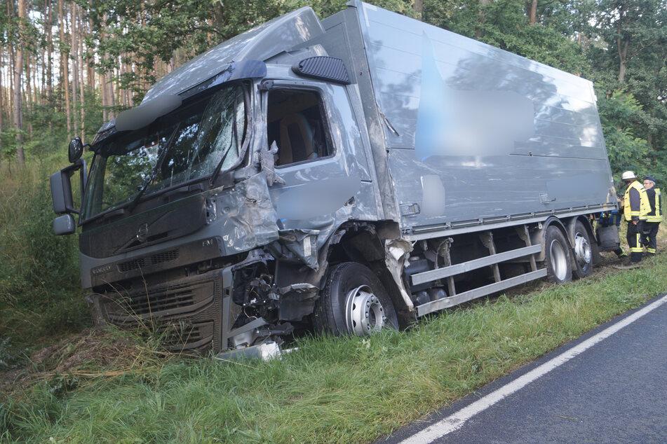 Der 25-jährige Fahrer des Lkw wurde mit einem Rettungswagen in eine Klinik gebracht.