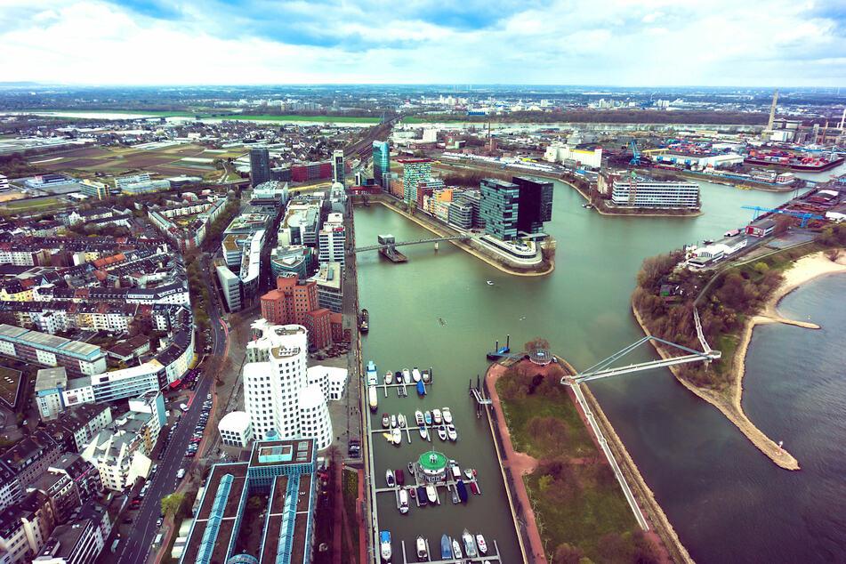 Einer der Namensgeber von Nordrhein-Westfalen: der Rhein hier in Düsseldorf (Foto: 123RF/ewastudio).