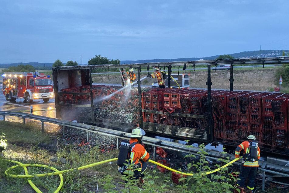 Die Feuerwehr löscht den Brand an dem brennenden Lkw auf der A81.