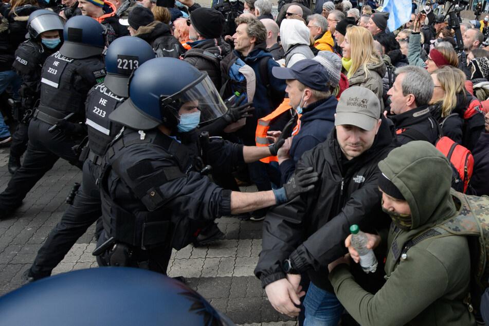 Einsatzkräfte versuchten auf der Demo in Kassel die Demonstranten in Schach zu halten.