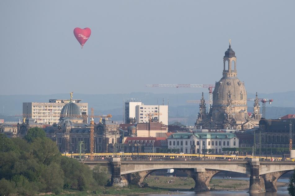 Über Dresden flog am Freitag ein Heißluftballon.