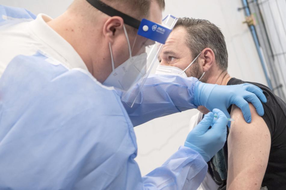 Ein Mann wird gegen das Coronavirus geimpft.