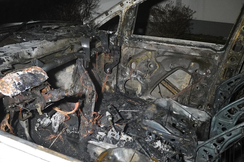 Bei dem Brand in Oschersleben wurde ein Kleinbus vollkommen zerstört.