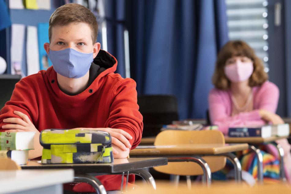 Ist eine Maskenpflicht auch im Klassenzimmer unabdingbar? (Symbolbild)