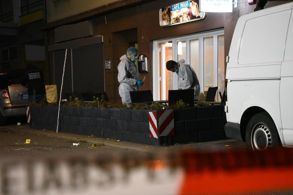 Die Spurensicherung ist vor der Mannheimer Gaststätte bei der Arbeit. Sechs Männer im Alter zwischen 35 und 45 Jahren wurden durch Schüsse verletzt.