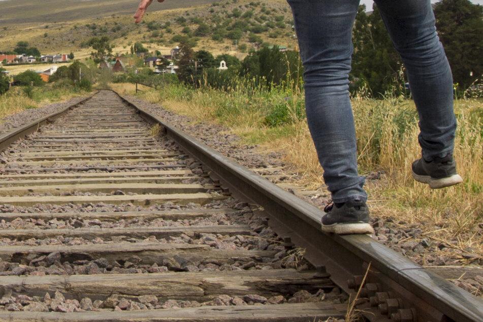 Jugendlicher spaziert über Gleise! Zug mit Notbremsung