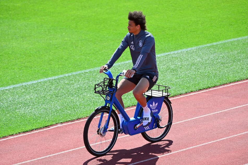 Leroy Sané (25) kommt mit dem Fahrrad zum Training beim FC Bayern. Wenn er bei den Münchnern bestehen will, muss er künftig ordentlich Gas geben.