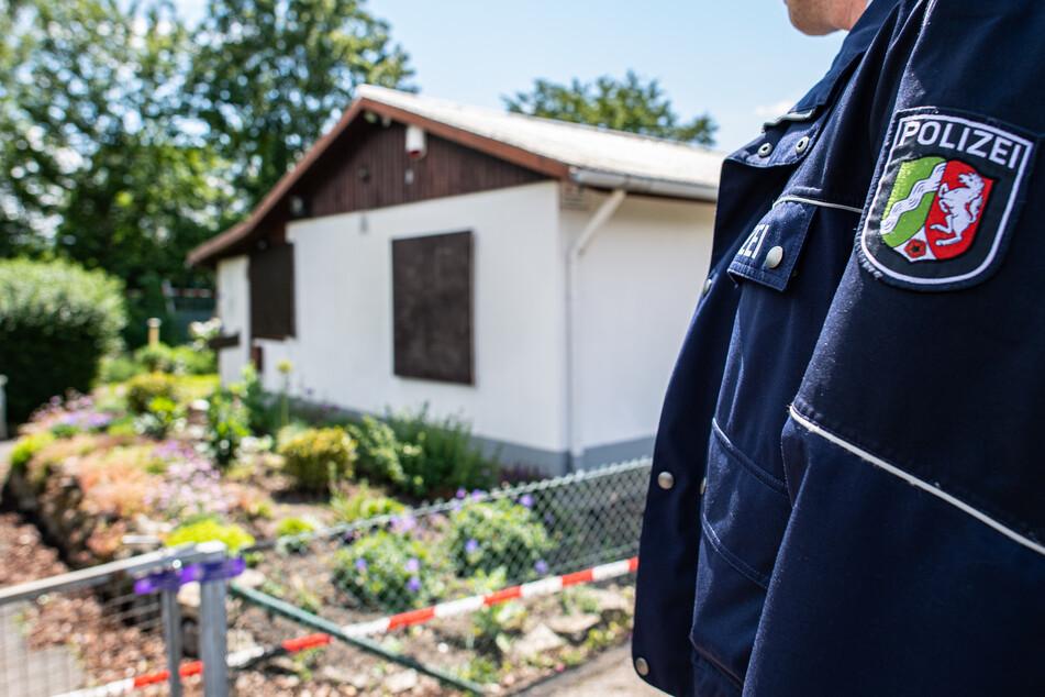 Bei den Ermittlungen nach schwerem sexuellem Missbrauch von Kindern steht ein Polizeibeamter vor der Gartenlaube, wo der vermutliche Haupttäter Teile seiner Server-Anlage unterbrachte. Die Ermittler fanden darin u.a. noch Festplatten und Videokameras.