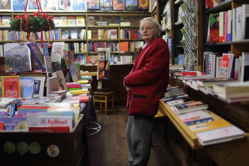 Trotz Corona-Krise und ihres hohen Alters stand Helga Weyhe laut Familie und Stadt bis zuletzt täglich in ihrem Buchladen. (Archivbild)