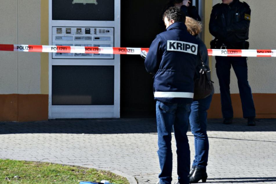 Mann liegt tot in Wohnung: Polizei nimmt nach Leichen-Fund drei Verdächtige fest!