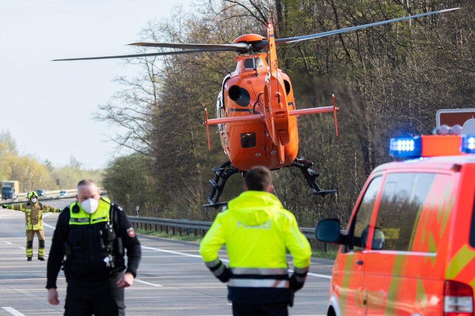 Ein Rettungshubschrauber brachte die verletzte Person ins Krankenhaus.