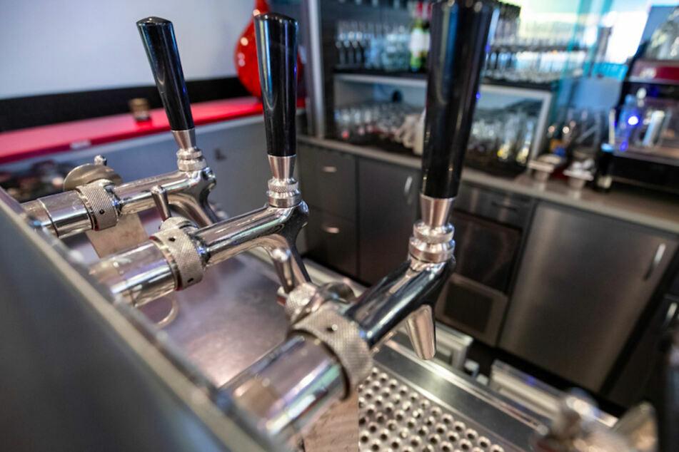 Ab diesem Samstag beenden in Bars und Kneipen die Zapfhähne ihre Zwangspause. (Symbolbild)
