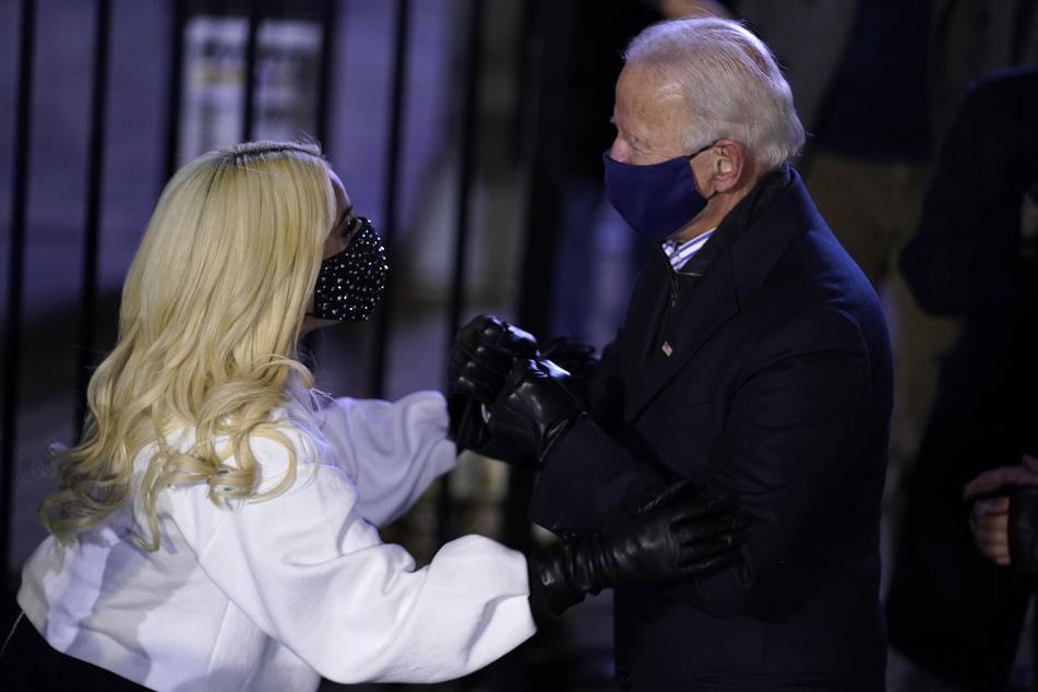 Der Demokrat Joe Biden (78) spricht mit der Sängerin Lady Gaga (34) im November 2020 während einer Wahlkampfveranstaltung.