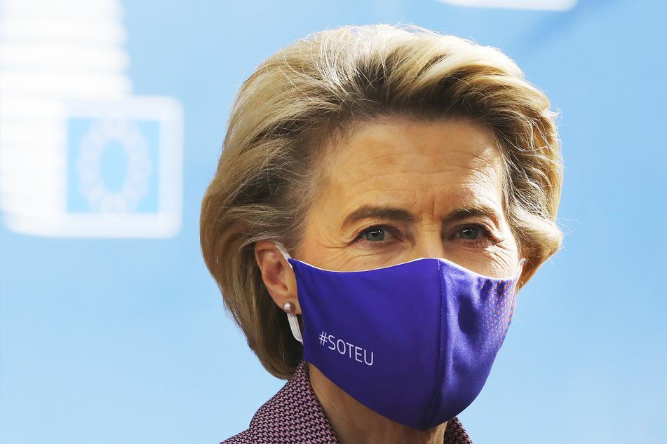 Ursula von der Leyen (62, CDU), Präsidentin der Europäischen Kommission, trifft zu einem EU-Gipfel im Gebäude des Europäischen Rates ein.