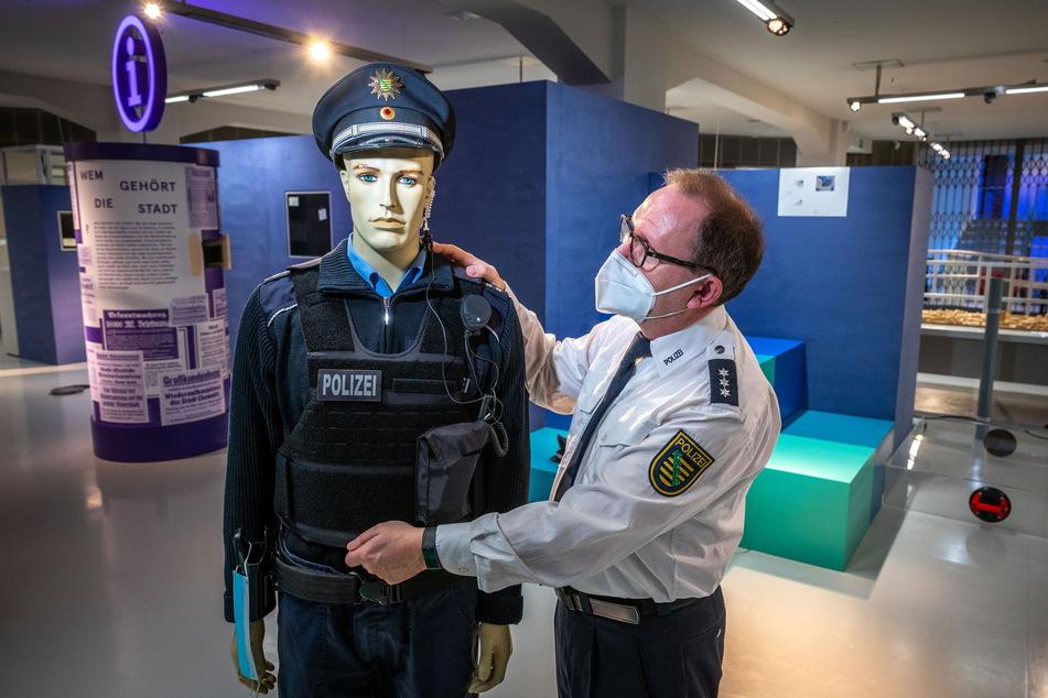 Polizei-Hauptkommissar bewacht smac-Ausstellung in Chemnitz