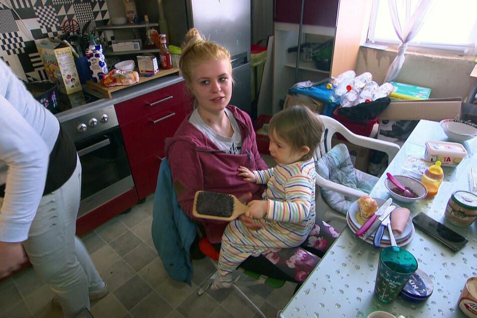 Florentine (hier mit Schwester Paula auf dem Schoß) unterstützt ihre Eltern, wo sie nur kann.